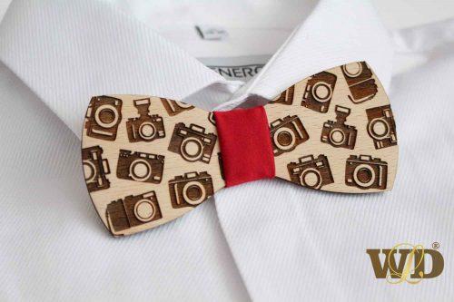 drevený motýlik pre fotografa